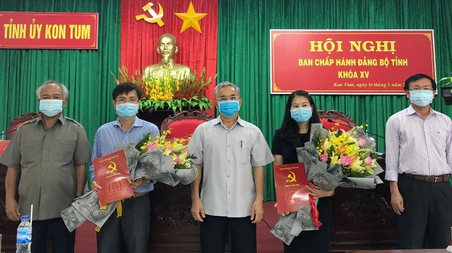 Thường trực Tỉnh ủy trao quyết định, tặng hoa chúc mừng đồng chí Nguyễn Ngọc Sâm và đồng chí Trương Thị Linh. Ảnh: TS
