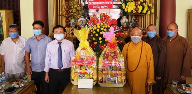 Đoàn công tác của tỉnh thăm, chúc mừng Ban Trị sự Giáo hội Phật giáo Việt Nam tỉnh và Hòa thượng Thích Quảng Xả