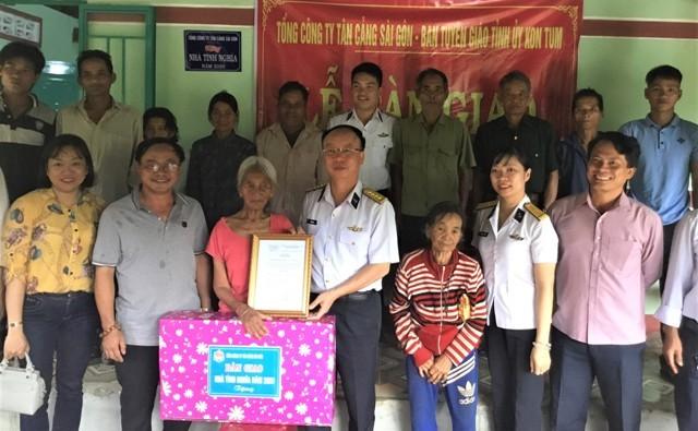 Tổng Công ty Tân cảng Sài Gòn bàn giao nhà cho gia đình chính sách ở xã Đăk Sao dịp kỷ niệm 73 năm Ngày Thương binh - Liệt sĩ. (ảnh: Nguyễn Thị Như Nguyệt)
