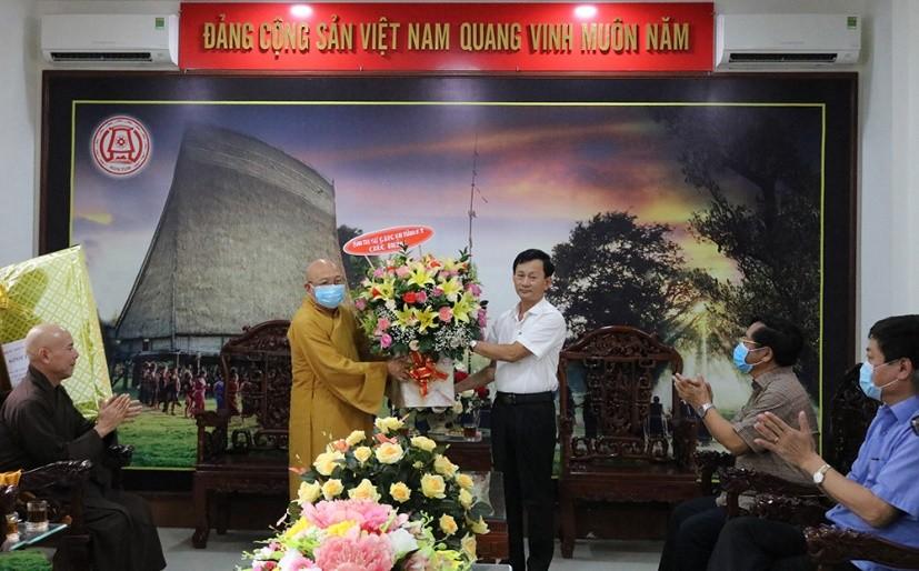 Đồng chí Bí thư Tỉnh ủy đón nhận lẵng hoa chúc mừng của Ban Trị sự GHPG Việt Nam tỉnh
