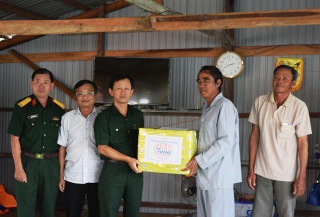 Bí thư Tỉnh ủy Dương Văn Trang thăm, tặng quà 29 hộ dân ở làng chài tại xã Ia Tơi. (nguồn ảnh: baokontum.com.vn)