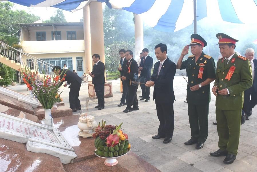 Các đại biểu viếng Ngục Kon Tum. Ảnh: VP