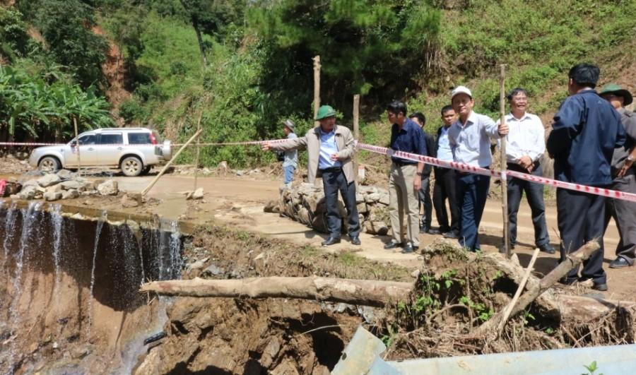 Đồng chí Bí thư Tỉnh ủy kiểm tra tình hình thiệt hại về giao thông và công tác khắc phục tại huyện Đăk Glei