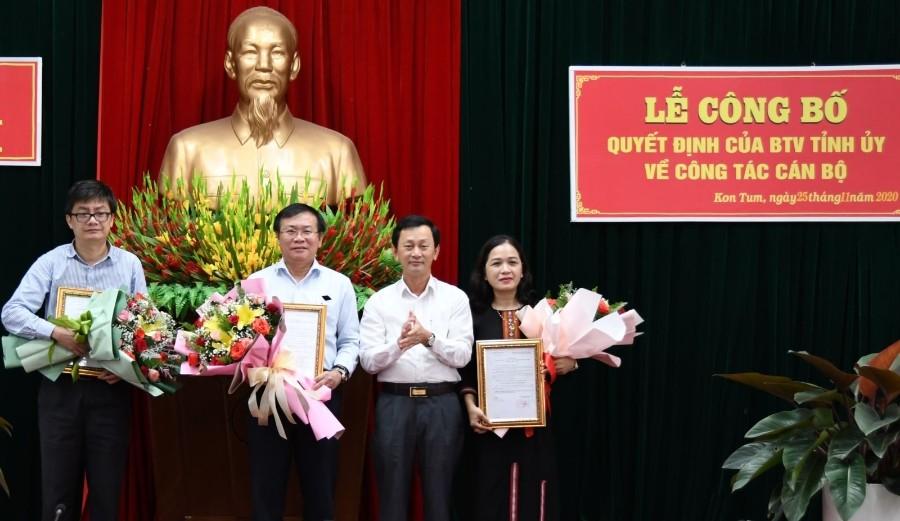 Đồng chí Bí thư Tỉnh ủy trao Quyết định và tặng hoa cho 3 đồng chí  Thường trực HĐND tỉnh