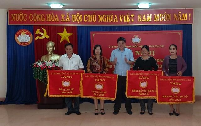 Đồng chí Nguyễn Trung Hải - Chủ tịch Ủy ban MTTQ Việt Nam tỉnh trao cờ Xuất sắc và Xuất sắc toàn diện cho các đơn vị huyện