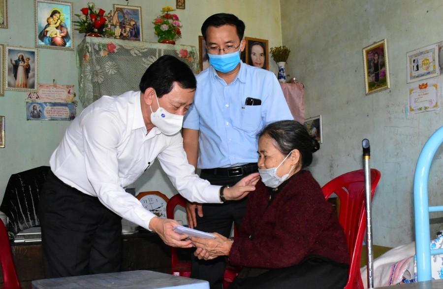 Đồng chí Bí thư Tỉnh ủy Dương Văn Trang thăm, tặng quà Tết hộ nghèo