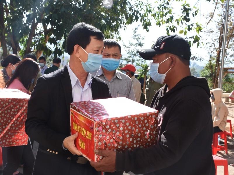 Bí thư Tỉnh ủy Dương Văn Trang thăm, tặng quà Tết cho người dân xã Mô Rai, huyện Sa Thầy (ảnh của baokontum.com.vn)