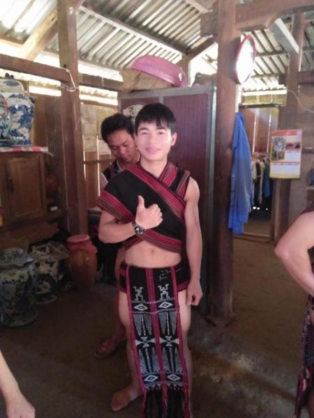 Chàng trai Xê Đăng chuẩn bị tham gia Lễ hội đâm trâu