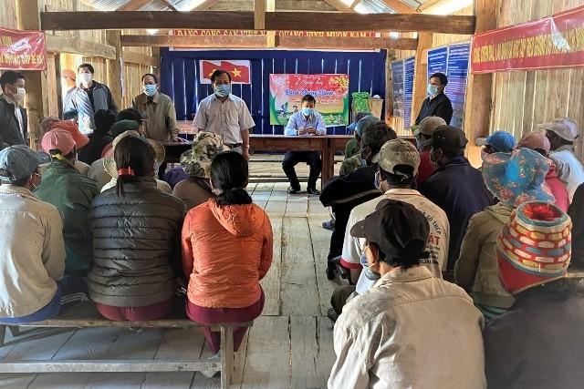 Giám đốc Sở Y tế Võ Văn Thanh và các đơn vị trực thuộc liên quan làm việc với nhân dân thôn Kon Kum, xã Măng Cành