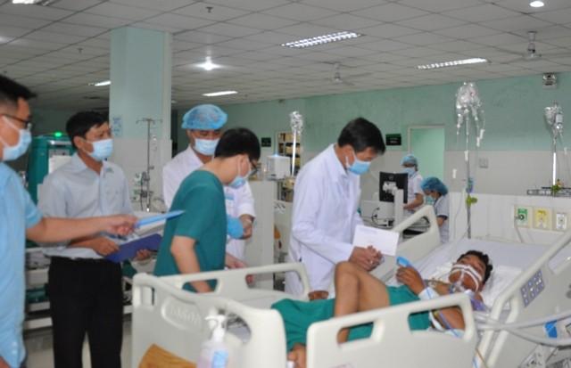 TS.BSCKII. Võ Văn Thanh – Tỉnh ủy viên, Giám đốc Sở Y tế thăm, động viên các ca bệnh tại Bệnh viện Đa khoa tỉnh